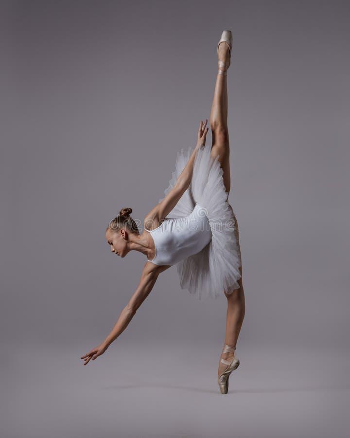 De ballerina bereikt voor de vloer royalty-vrije stock afbeeldingen