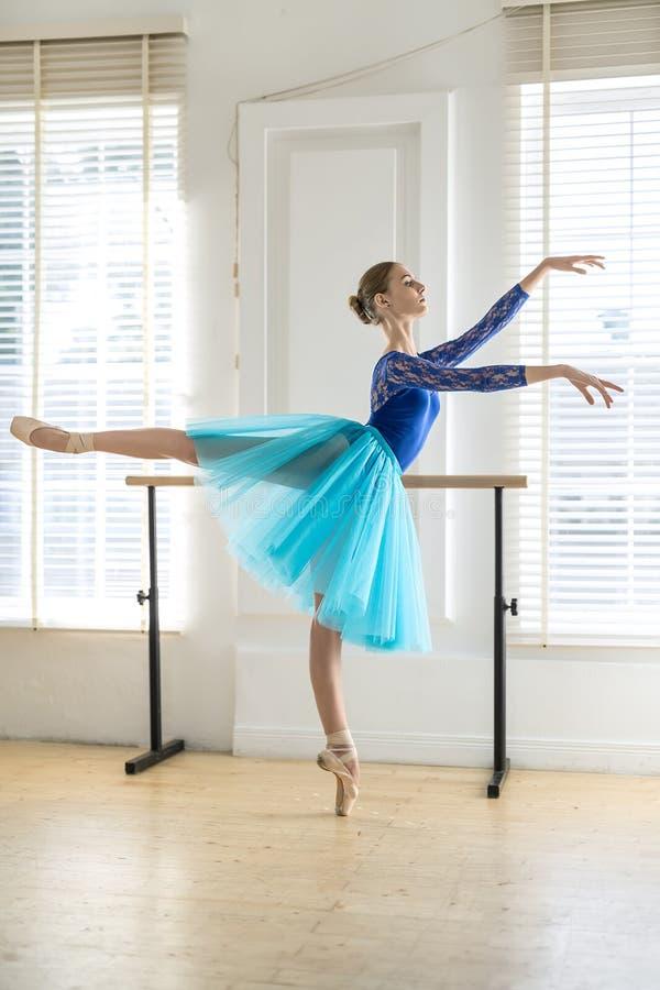 De ballerina leidt in zaal op royalty-vrije stock fotografie