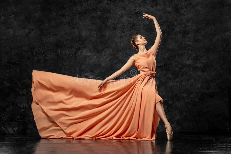 De ballerina toont dansvaardigheden aan Mooi klassiek ballet stock afbeelding