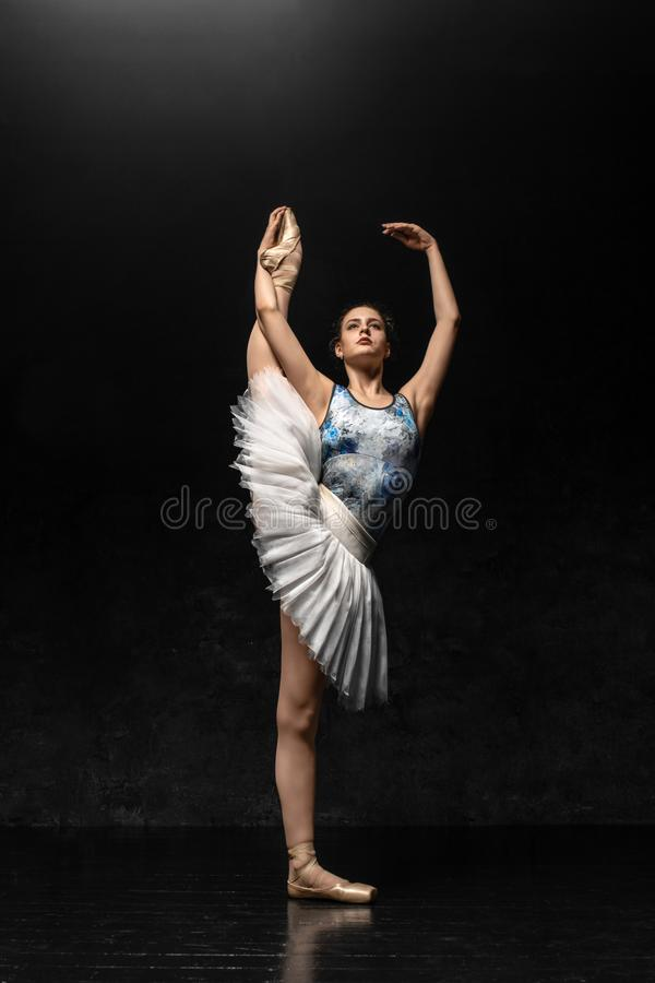 De ballerina toont dansvaardigheden aan Mooi klassiek ballet royalty-vrije stock afbeelding