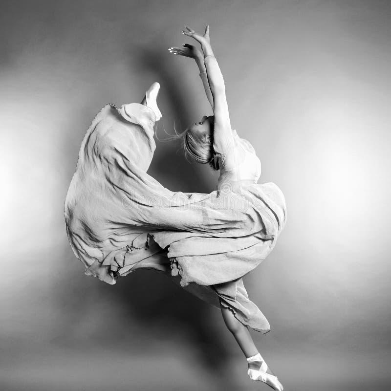De ballerina van de schoonheidsvrouw in een sprong royalty-vrije stock fotografie