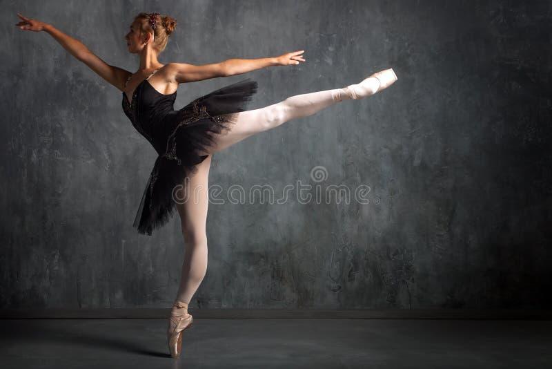 de ballerina van de vrouweninleiding royalty-vrije stock foto