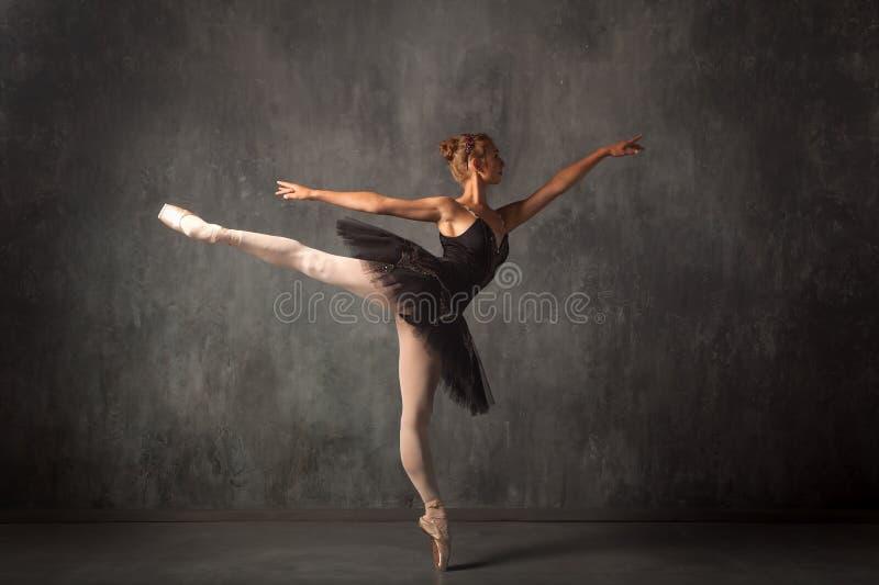 de ballerina van de vrouweninleiding royalty-vrije stock afbeelding