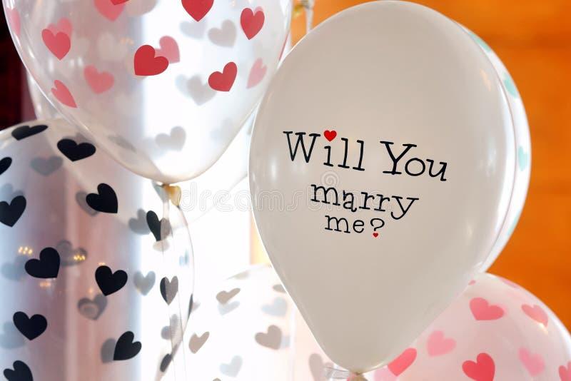 De ballon met een inschrijving, zal u me voor huwelijk recep huwen stock foto