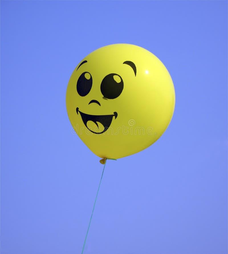 De ballon van de lucht, geel op hemel royalty-vrije stock afbeeldingen