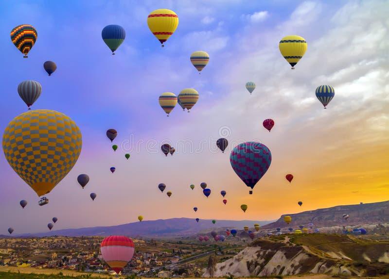 De Ballon van de reis Hete Lucht in de Berg stock fotografie