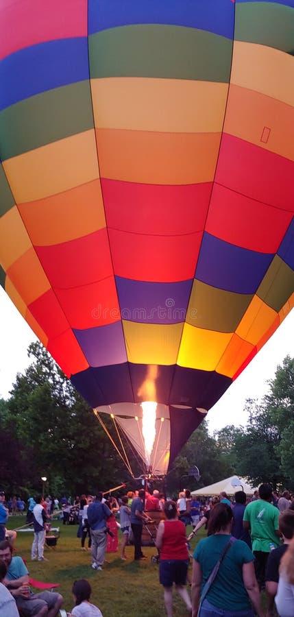 De ballon van de regenboog hete lucht met brand royalty-vrije stock foto