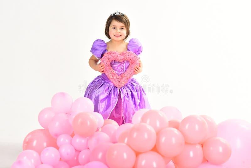 De ballons van de partij Rood nam toe Gelukkige Verjaardag jong geitjemanier Weinig juffrouw in mooie kleding kinderjaren en gelu stock afbeeldingen