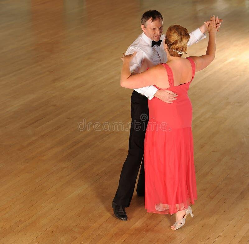 De ballroom dansen van het paar stock foto's
