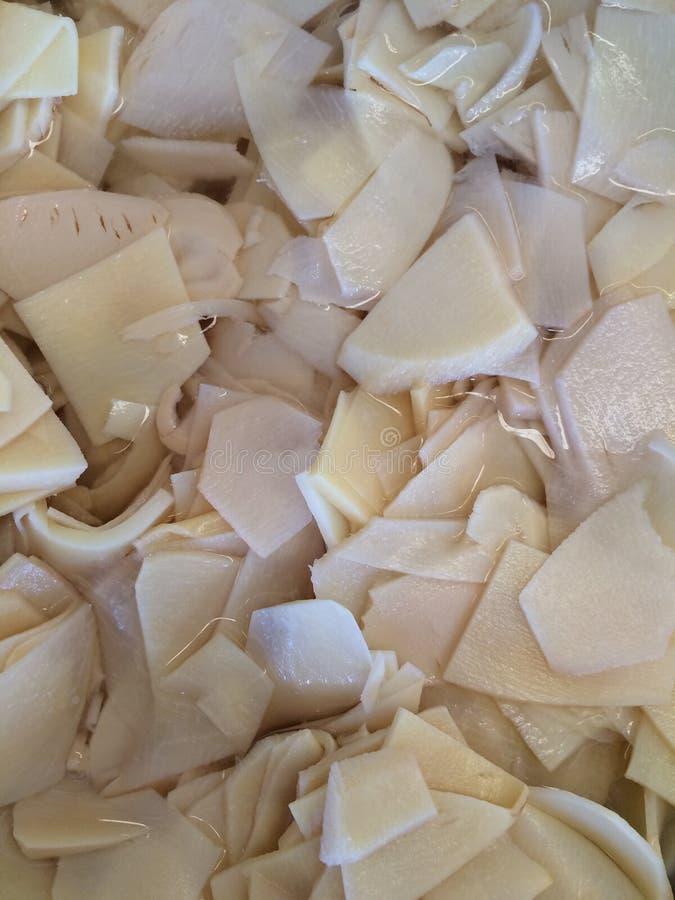 De bamboespruiten worden gesneden in reepjes stock foto
