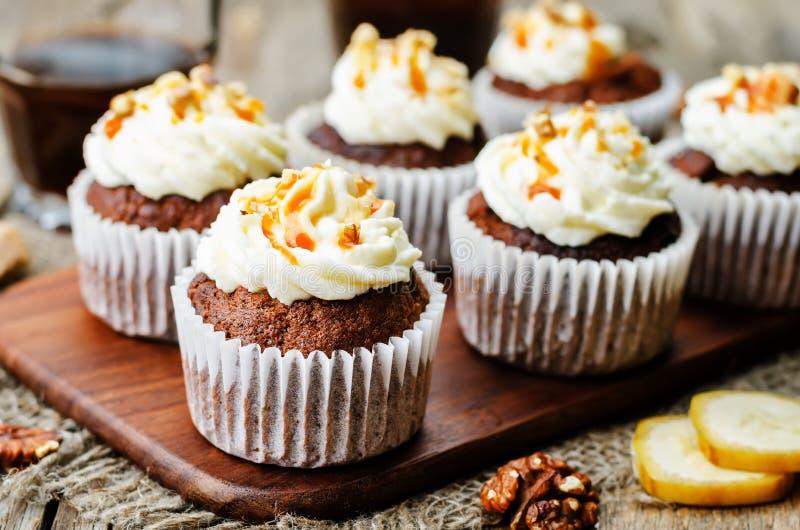 De banaan van de kruidenokkernoten van de pompoenpastei cupcakes met gezouten karamel a stock fotografie