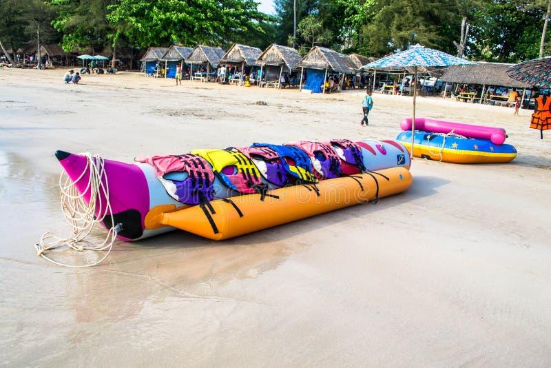 De banaanboot legt op een strand royalty-vrije stock fotografie