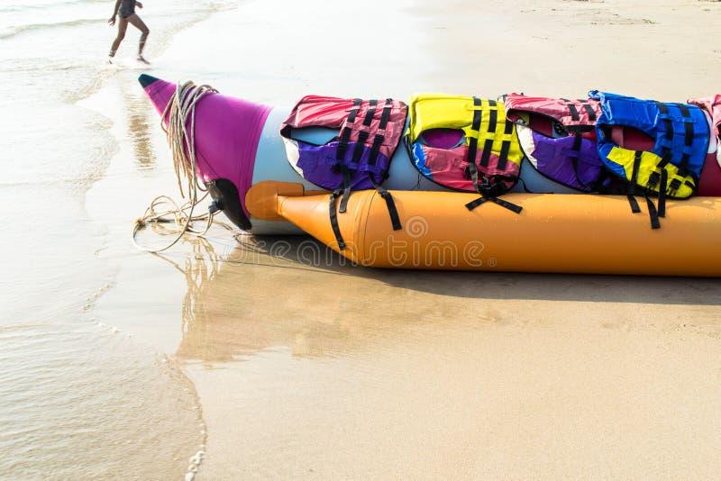 De banaanboot legt op een strand stock afbeelding