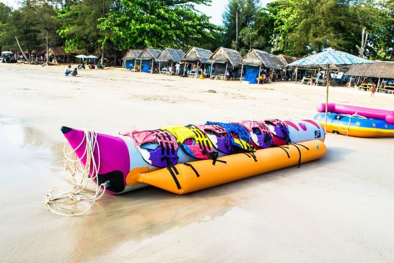 De banaanboot legt op een strand stock fotografie