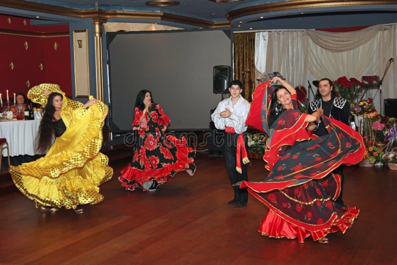 De band van de zigeunermuziek voert liederen uit moskou 13 11 2010 stock foto's