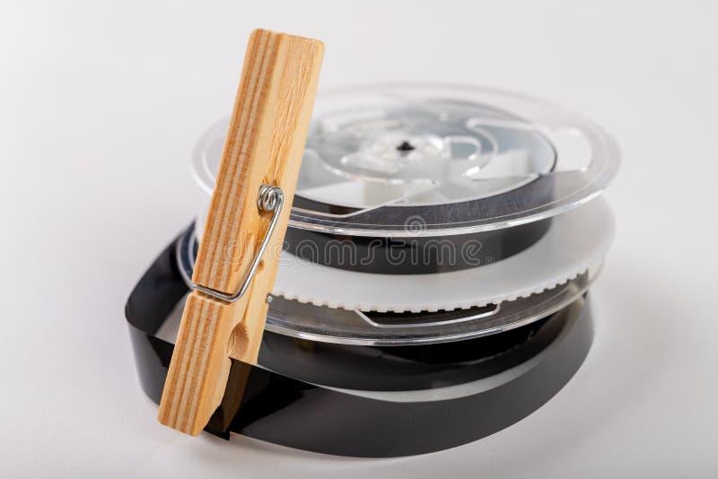 De banden met een videoopname worden vastgemaakt met een wasklem Het verbinden van en het herstellen van oude analoge opnamen royalty-vrije stock afbeeldingen