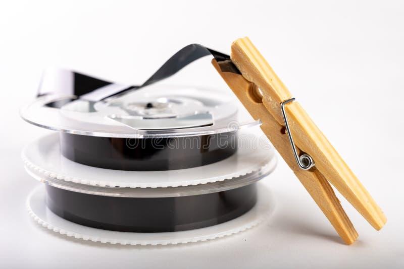 De banden met een videoopname worden vastgemaakt met een wasklem Het verbinden van en het herstellen van oude analoge opnamen royalty-vrije stock foto's