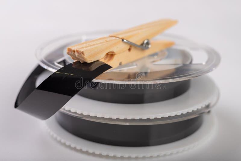 De banden met een videoopname worden vastgemaakt met een wasklem Het verbinden van en het herstellen van oude analoge opnamen royalty-vrije stock afbeelding