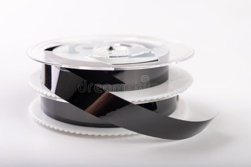 De banden met een videoopname worden vastgemaakt met een wasklem Het verbinden van en het herstellen van oude analoge opnamen stock fotografie