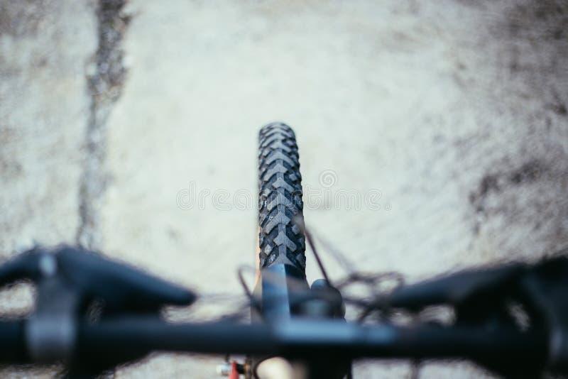 De banden van de bergfiets buiten, onscherp stuur, de zomerdag, stadsmobiliteit stock foto