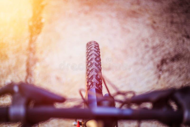 De banden van de bergfiets buiten, onscherp stuur, de zomerdag, stadsmobiliteit royalty-vrije stock foto