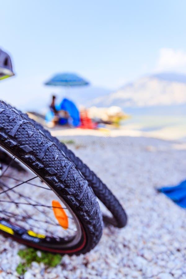 De banden van de bergfiets op het strand, exemplaarruimte stock foto's