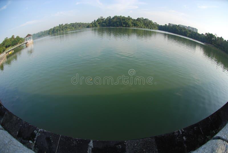 De bank en het water van het reservoir royalty-vrije stock foto