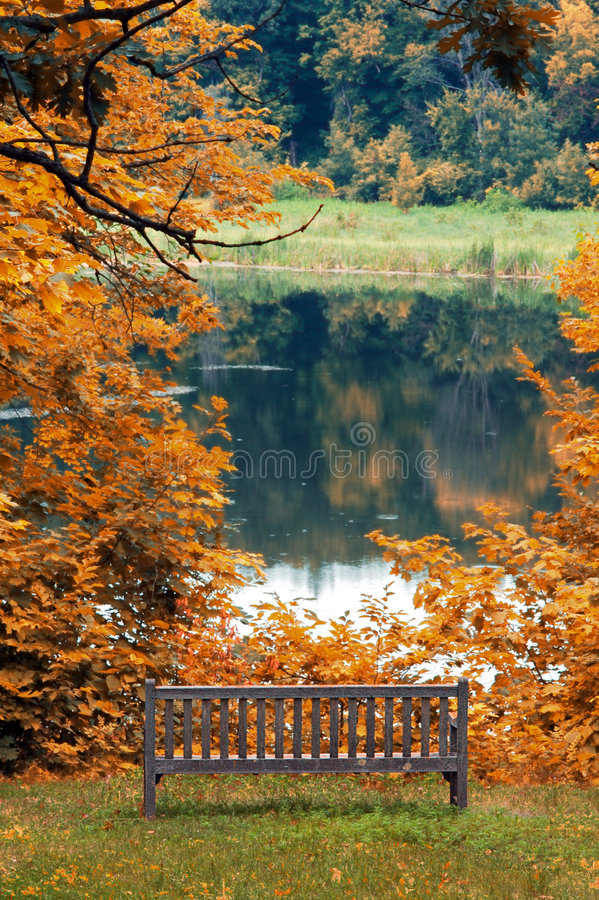 De Bank van het park door Meer in de Herfst stock fotografie