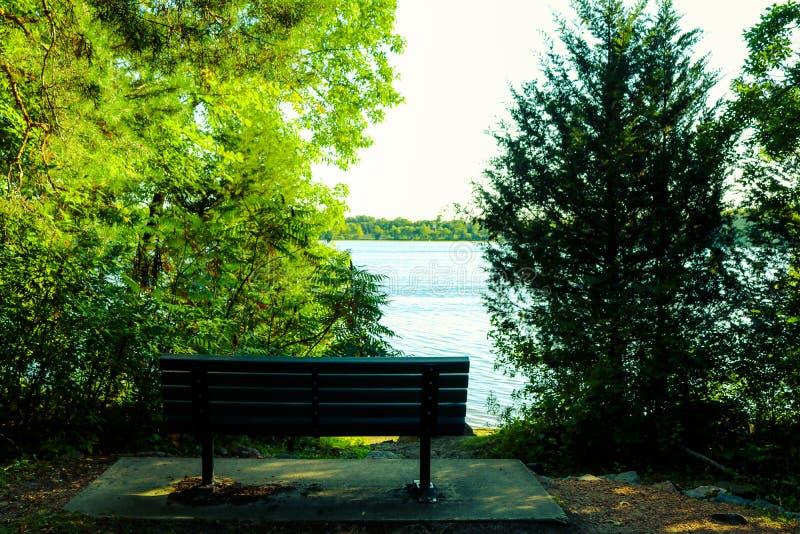 De bank van het park in de herfst stock fotografie