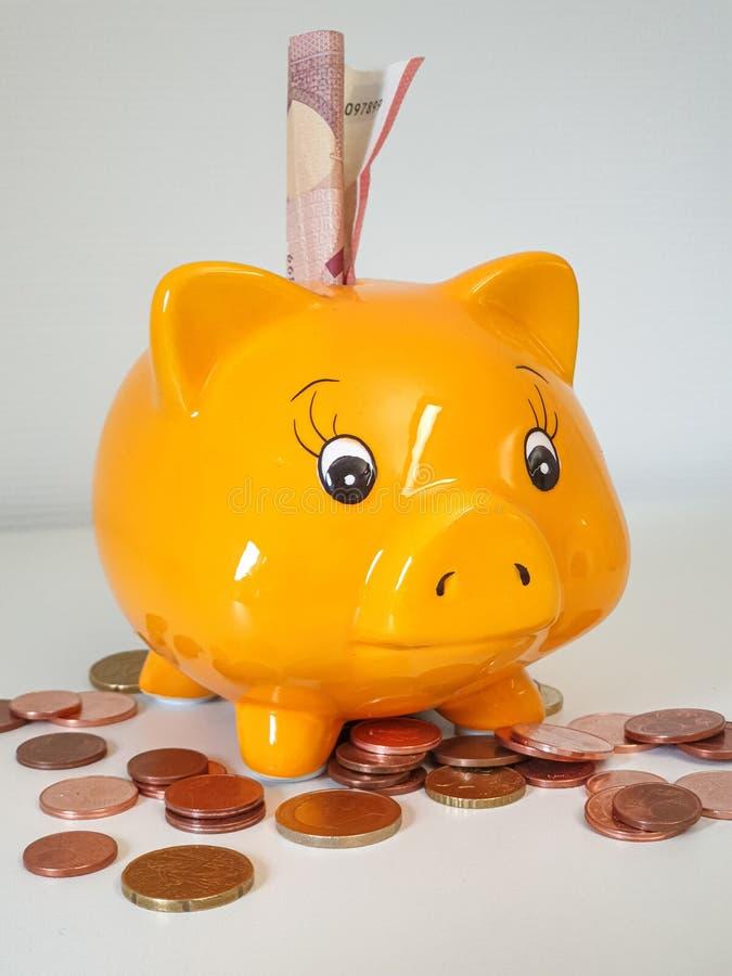 De bank van het Piggygeld met muntstukken royalty-vrije stock fotografie