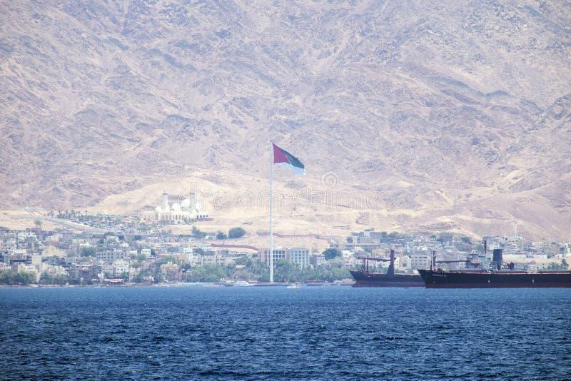De bank van Jordanië ` s tegen de achtergrond van de torenhoge Edom-bergen Jordanië royalty-vrije stock afbeelding