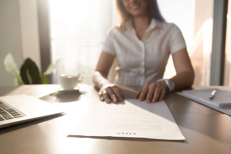 De bankarbeider die leningsovereenkomst, nadruk over document aanbieden, sluit omhoog royalty-vrije stock foto