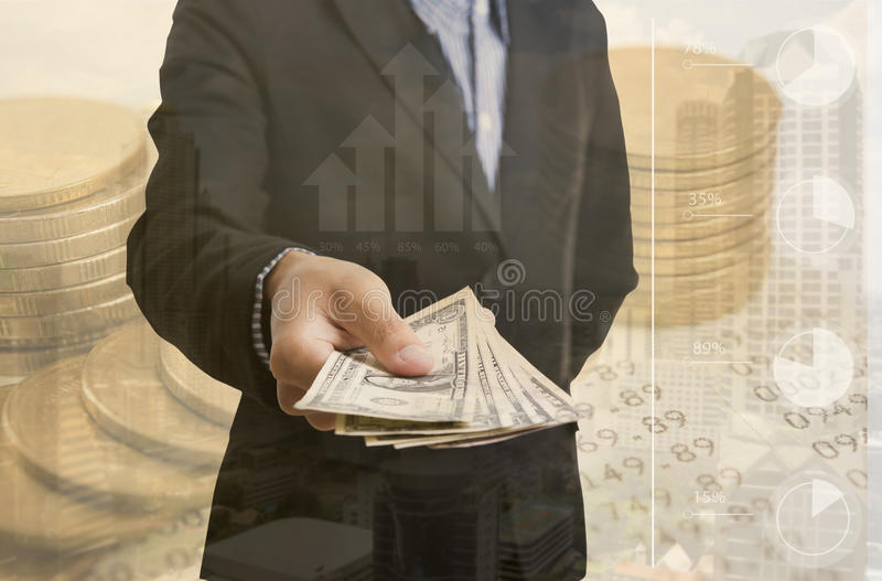 De bankbedienden overhandigen holdingsgeld ons dollar & x28; USD& x29; rekeningen stock afbeeldingen