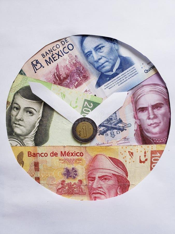 de bankbiljetten en het muntstuk van Mexicaanse peso's met document die klok vormen komen, achtergrond en textuur voor royalty-vrije stock afbeelding
