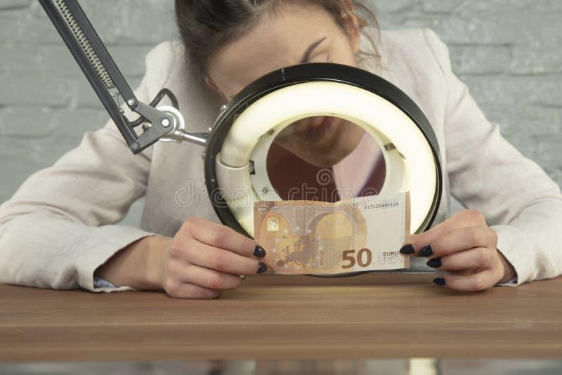 De bankier controleerde het geld authenticiteit stock fotografie