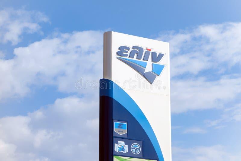 De banner van het Elinbenzinestation met een bedrijfembleem die de diensten voorstellen die worden aangeboden stock fotografie
