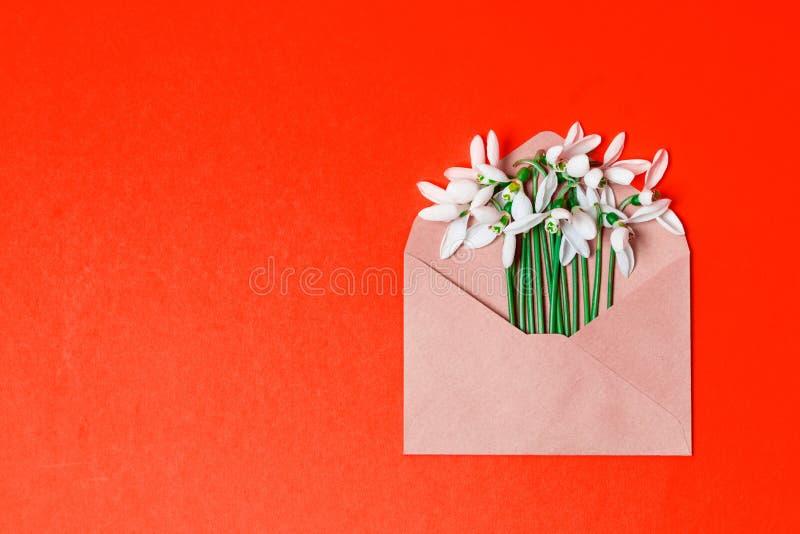 De banner van het de lenteconcept envelop met de lentebloemen op de achtergrond met plaats voor tekst royalty-vrije stock fotografie