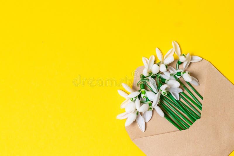 De banner van het de lenteconcept envelop met de lentebloemen op de achtergrond met plaats voor tekst stock foto