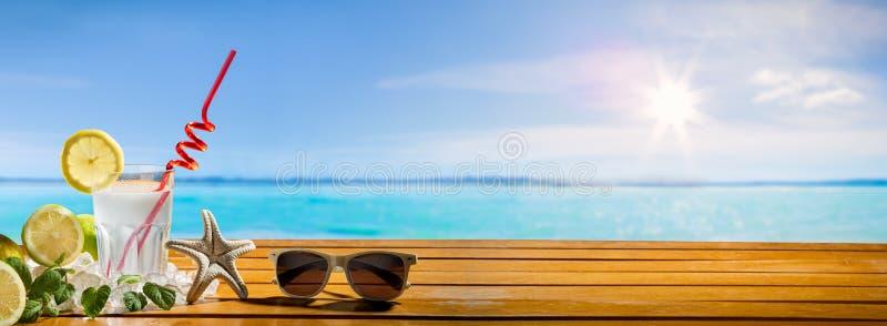 De banner van de de zomervakantie, Drank op houten plank royalty-vrije stock foto's