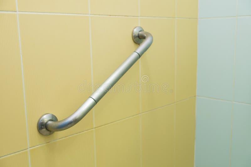 De bar van de handicaphouder in het toilet stock fotografie