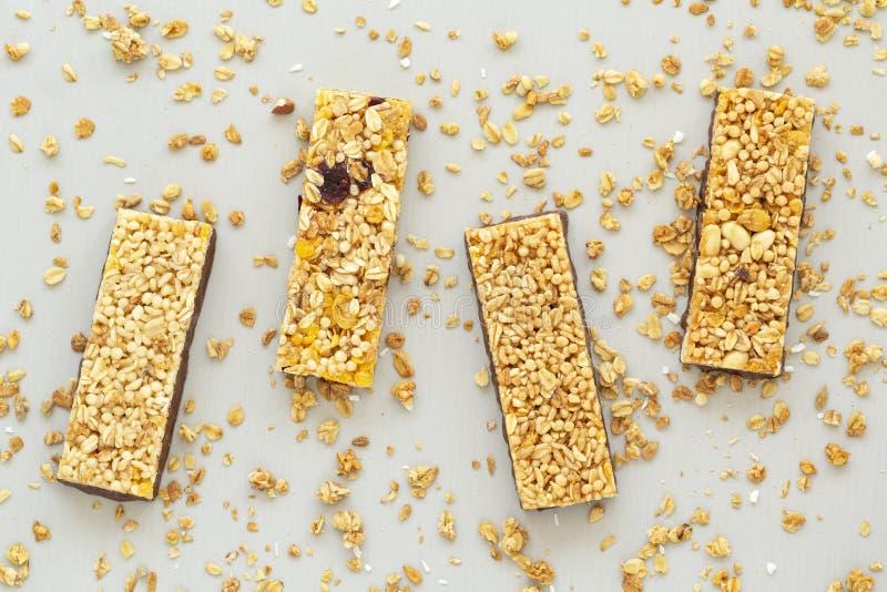 De bar van graangewassengranola met noten, fruit en bessen De staaf van Granola Gezonde zoete dessertsnack dieet voedsel Hoogste  stock afbeelding