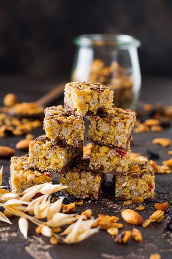 De bar van graangewassengranola met noten, vruchten en bessen op donkere steenlijst De staaf van Granola Gezonde Snack royalty-vrije stock foto's