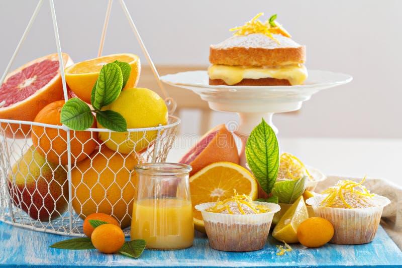 De bar van het citrusvruchtensuikergoed met vruchten en cakes royalty-vrije stock afbeelding