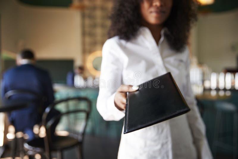 De Bar van kelnersin busy cocktail van Restaurant met Klanten bij Camera stock fotografie