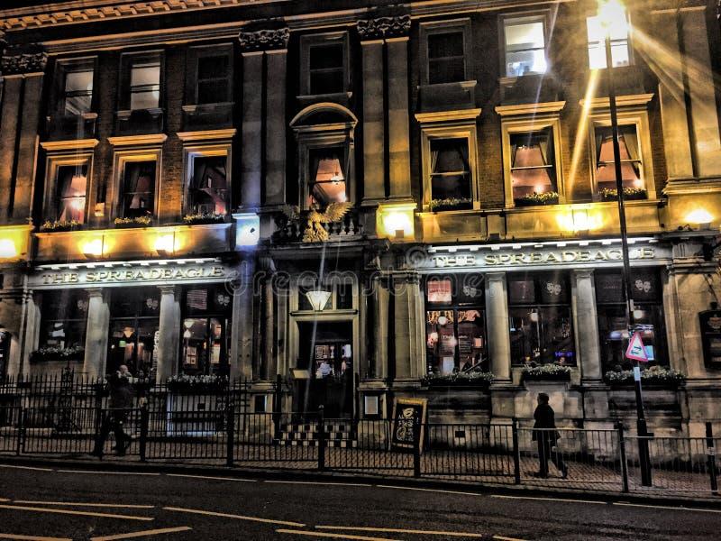 De Bar van Londen buiten in avondlicht royalty-vrije stock afbeeldingen