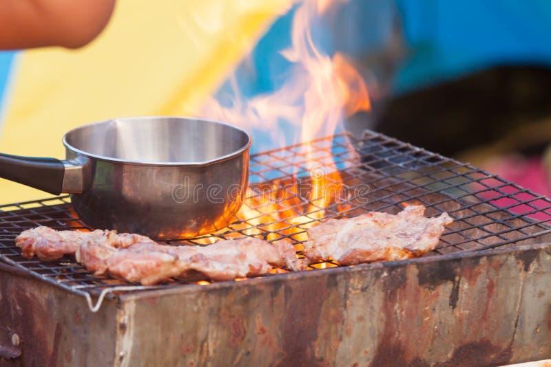 De barbecue op een eenvoudige manier in wildernis, verzamelt stenen als grill royalty-vrije stock fotografie
