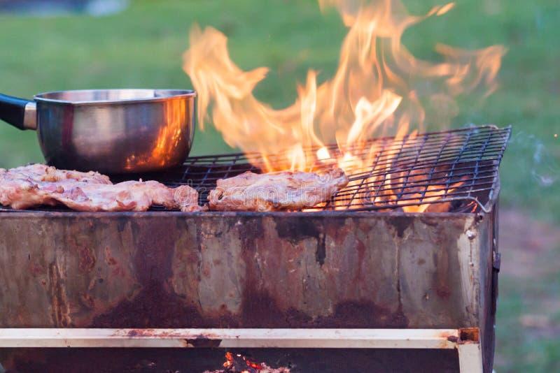 De barbecue op een eenvoudige manier in wildernis, verzamelt stenen als grill stock foto's