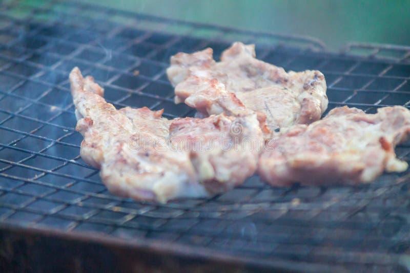 De barbecue op een eenvoudige manier in wildernis, verzamelt stenen als grill stock fotografie