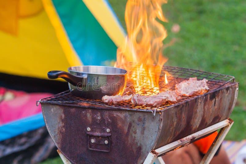 De barbecue op een eenvoudige manier in wildernis, verzamelt stenen als grill stock foto