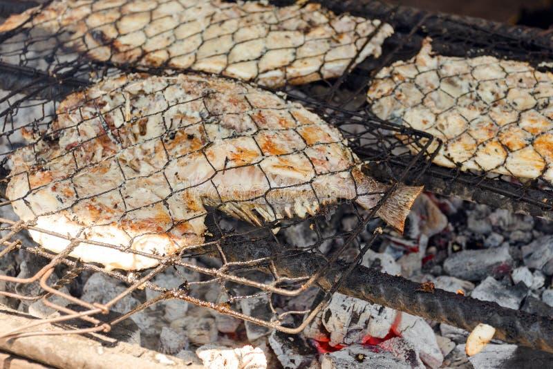 De barbecue van vissen Kokende BBQ zeevruchten op brand stock fotografie